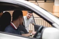 Mężczyzna otwiera samochodowego drzwi Zdjęcia Royalty Free