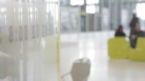 Mężczyzna otwiera szklanego drzwi bionic ręką i iść w zbiory