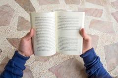 Mężczyzna otwierają trzymać czytelniczą książkę Obrazy Stock