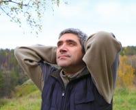 Mężczyzna outdoors przeciw niebu Obrazy Royalty Free