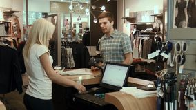 Mężczyzna płaci dla zakupu w sklepie zbiory wideo