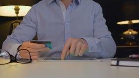 Mężczyzna płaci online z pastylką zbiory wideo