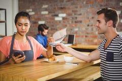Mężczyzna płaci z jego kredytową kartą Fotografia Stock