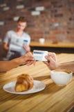 Mężczyzna płaci z jego kredytową kartą Zdjęcia Royalty Free