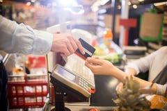 Mężczyzna Płaci z Kredytową kartą w supermarkecie fotografia stock