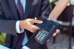 Mężczyzna płaci z NFC technologią Obraz Stock