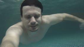 Mężczyzna pływa basenu podwodnego zbiory wideo