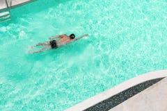 Mężczyzna pływa w basenie przy kurortem Od odgórnego widoku Obraz Royalty Free