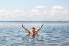 Mężczyzna pływa w morzu obraz royalty free