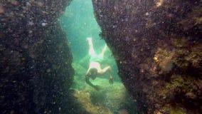 Mężczyzna pływa w podwodnej jamie zbiory