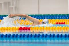Mężczyzna pływaczki dopłynięcia kraul w błękitne wody Fotografia Royalty Free