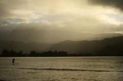 Mężczyzna paddleboarding w Hawaje na mgławym popołudniu Zdjęcia Stock