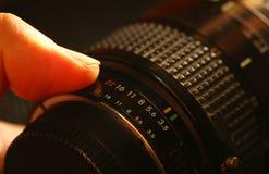 Mężczyzna palca chwyta kamery obiektywu scena Obraz Royalty Free