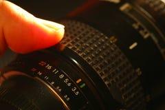 Mężczyzna palca chwyta kamery obiektywu scena Zdjęcia Royalty Free