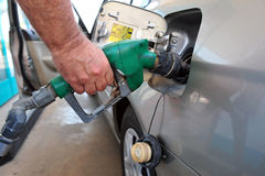 Mężczyzna paliwo jego samochód Zdjęcia Stock