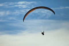 Mężczyzna paragliding ćwiczy krańcowy sport Zdjęcie Royalty Free