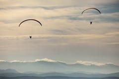 Mężczyzna paragliding ćwiczy krańcowy sport Fotografia Stock