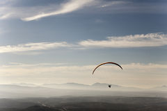 Mężczyzna paragliding ćwiczy krańcowy sport Obrazy Stock