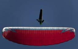 Mężczyzna paragliding ćwiczy krańcowy sport Obrazy Royalty Free