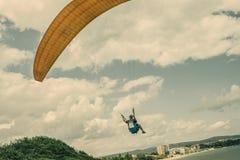 Mężczyzna paragliding Zdjęcia Royalty Free