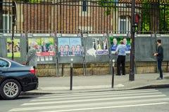 Mężczyzna patrzeją plakat Francuscy Prawodawczy wybory Zdjęcia Royalty Free