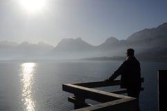 Mężczyzna patrzeje Annecy góry i jezioro obrazy royalty free