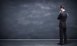 Mężczyzna patrzeje blackboard Fotografia Stock