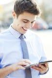 Mężczyzna patrzeje cyfrową pastylkę Zdjęcie Royalty Free
