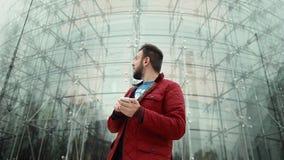 Mężczyzna Patrzeje dla Bezprzewodowego punktu zapalnego Fotografia Royalty Free