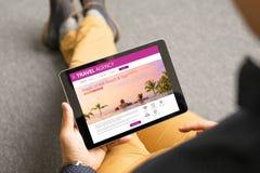 Mężczyzna patrzeje egzotycznych podróży miejsca przeznaczenia online zdjęcie stock