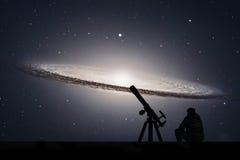 Mężczyzna patrzeje gwiazdy z teleskopem Sombrero galaktyka M104 fotografia royalty free