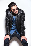 Mężczyzna patrzeje jego strona w skórzanej kurtce i sunlasses Obraz Stock