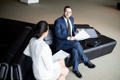 Mężczyzna patrzeje kobiety na kanapie fotografia stock