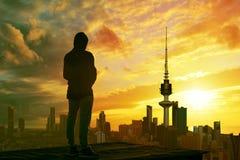 Mężczyzna patrzeje Kuwait miasta linię horyzontu Obrazy Royalty Free