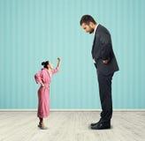 Mężczyzna patrzeje małej gniewnej kobiety Obraz Stock