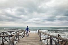 Mężczyzna patrzeje morze na boardwalk Zdjęcia Royalty Free