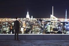 Mężczyzna patrzeje nocy miasto Obrazy Royalty Free