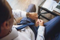 Mężczyzna patrzeje nowożytnego zegarek Obrazy Stock