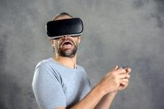 Mężczyzna patrzeje przestraszący z rzeczywistość wirtualna szkłami Zdjęcie Royalty Free