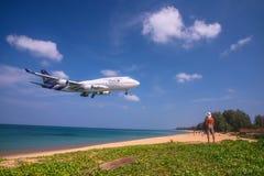 Mężczyzna patrzeje samolot Zdjęcia Stock