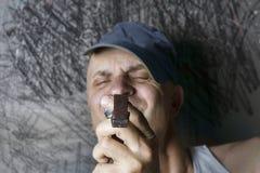 Mężczyzna patrzeje timepiece obraz royalty free