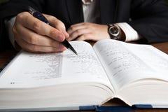 Mężczyzna patrzeje w wielkim słowniku zdjęcia royalty free