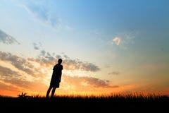 Mężczyzna patrzeje zmierzch na niebie z smucenie metafory nadzieją fotografia royalty free
