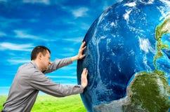 Mężczyzna pcha planetę obrazy royalty free