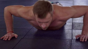 Mężczyzna pcha podnosi na podłoga zbiory