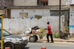 Mężczyzna pcha ręki ciężarówkę w ulicie w mieście Dakar w S Obrazy Stock