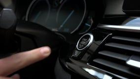 Mężczyzna pchnięć początku guzik w samochodzie zdjęcie wideo
