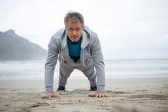 Mężczyzna pchnięcie na plaży fotografia royalty free