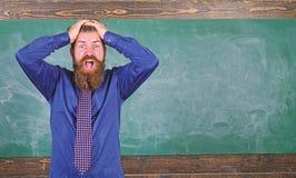 Mężczyzna pedagoga lub nauczyciela chwyta głowy chalkboard brodaty tło Wynagrodzenie uwaga twój sposoby i zachowanie nauczyciel zdjęcie royalty free