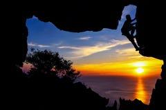 Mężczyzna pięcia jama na górze Zdjęcia Royalty Free